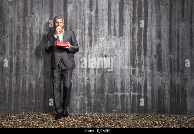Geschäftsmann holding Box mit Obst und Essen Apfel Stockbild