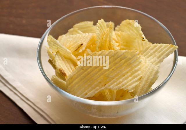 Eine Schüssel mit Kartoffelchips Stockbild
