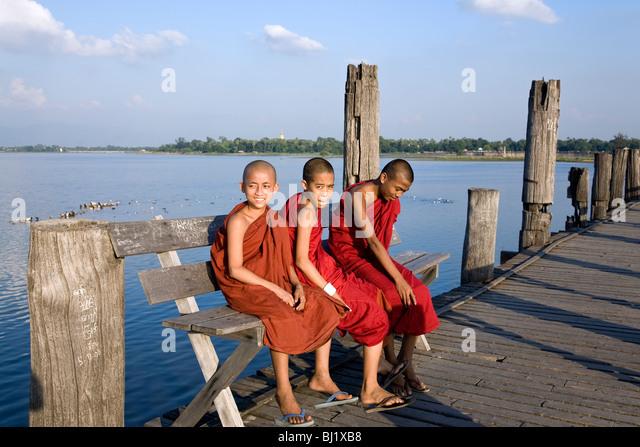 Junge buddhistische Mönche. U Bein´s Brücke. Amarapura. Myanmar Stockbild