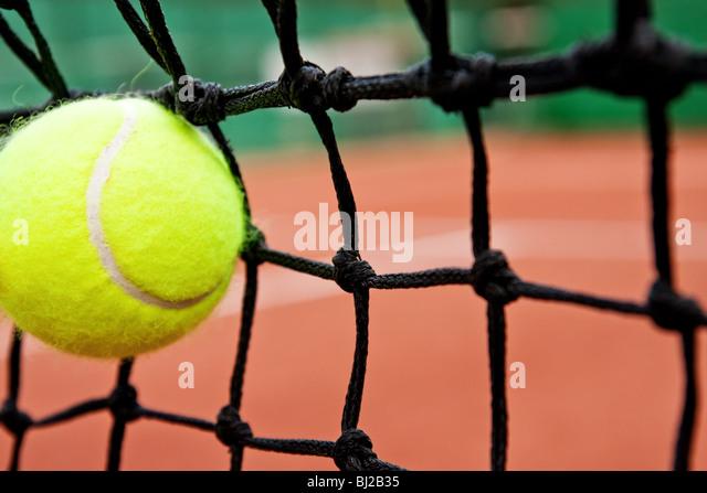 Ausfall oder Niederlage Konzept - Tennisball im Netz Stockbild