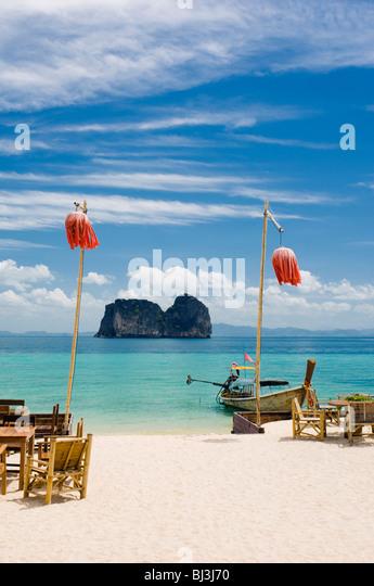 Tabellen und Laternen auf dem Sandstrand, Mayalay Resort, Ko Hai oder Koh Ngai Insel, Trang, Thailand, Asien Stockbild