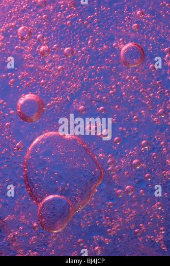 Eis mit Luftblasen der Luft abstrakt lila Makro Hintergrundtextur Stockbild