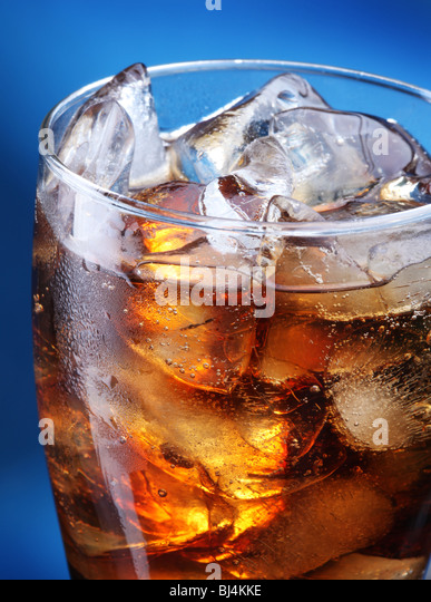 Glas Cola Eis auf blauem Hintergrund Stockbild