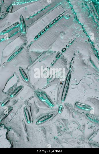 Eis mit Luftblasen der Luft abstrakte Licht grün blau Makro Hintergrundtextur Stockbild