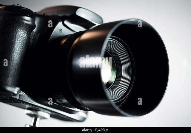 Professionelle DSLR-Kamera auf grauem Hintergrund. Stockbild