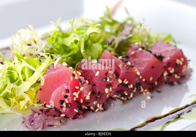 Roher Fisch Thunfisch mit Salat Fries Stockbild