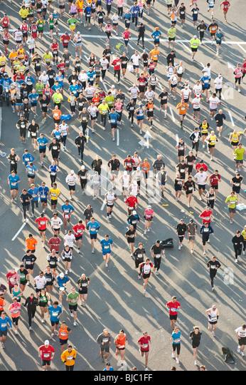 Teilnehmer bei der Barcelona-Marathon 2010. Stockbild