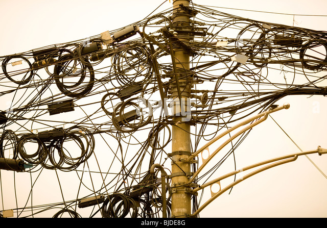 Ein Gewirr von Kabeln und Leitungen in Shanghai, China, Asien Stockbild