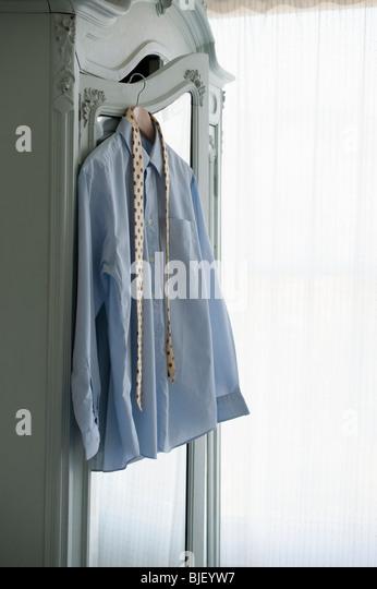 Hemd und Krawatte hängen Kleiderschrank Stockbild