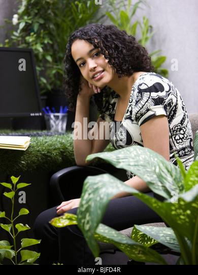 "Frau arbeitet in ihrem ""grünen"" Büro Stockbild"