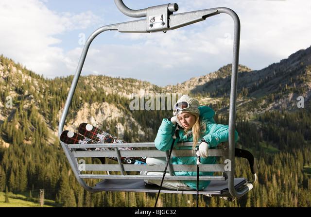 Skifahrer am Skilift im Sommer Stockbild