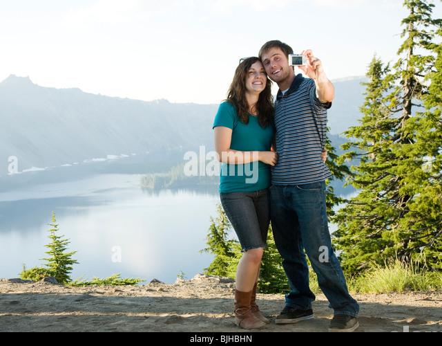 junges Paar, ein Bild von sich selbst vor eine landschaftlich reizvolle Ansicht mit Blick auf einen schönen Stockbild