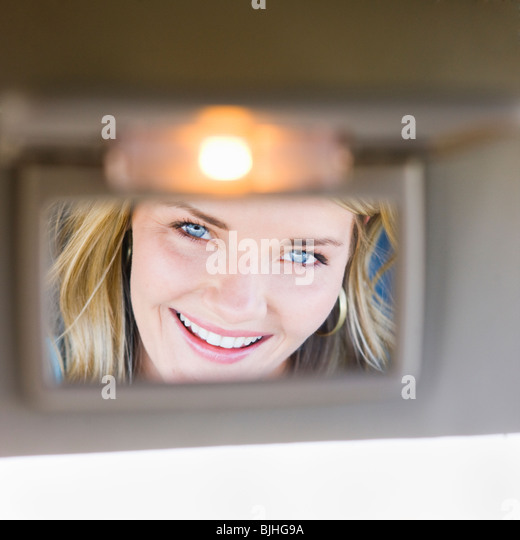 Frau in Visier Spiegel im Auto Stockbild
