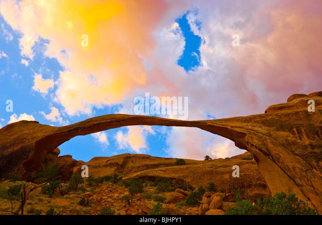 Landscape Arch, Arches-Nationalpark, Utah, einer der weltweit längsten natürlichen Spannweiten, Devils Stockbild