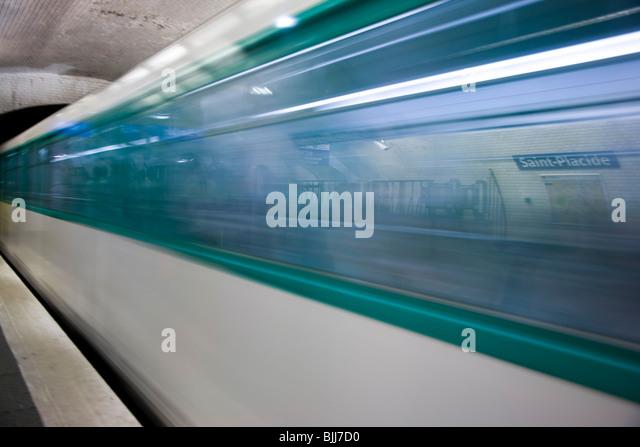 U-Bahn-Plattform mit u-Bahn in Bewegung Stockbild