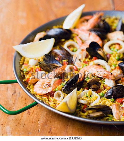 Paella mit Meeresfrüchten in einer Paellapfanne Stockbild