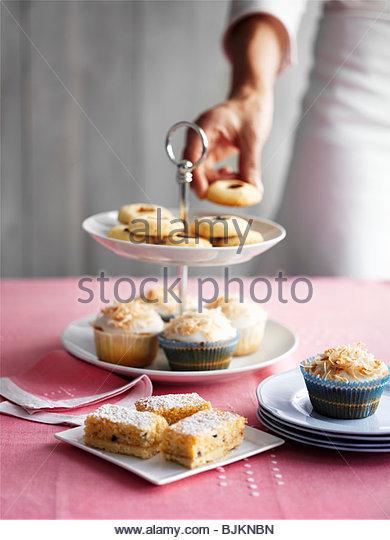Muffins und kleine Kuchen auf abgestufte stand Stockbild