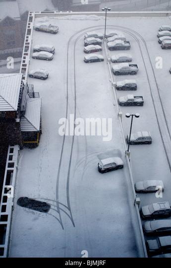 Winterwetter mit Schnee und Autos Stockbild