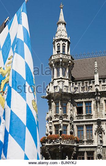 Bayerische Flagge und Münchner Rathaus Stockbild