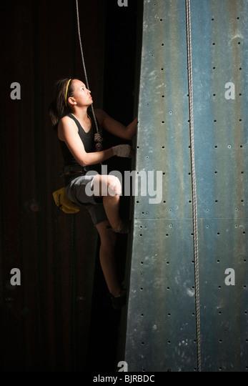 USA, Utah, Sandy, Teenager-Mädchen (14-15) auf indoor-Kletterwand Stockbild