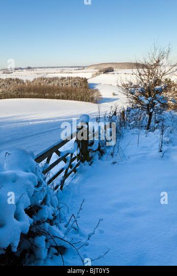 Winterschnee auf den Cotswolds - Blick auf kalten Aston von Broadwater unten in der Nähe von Farmington, Gloucestershire Stockbild