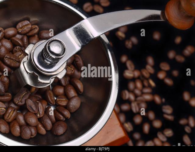 Nahaufnahme des manuellen Kaffeemühle mit Kaffeebohnen gefüllt Stockbild
