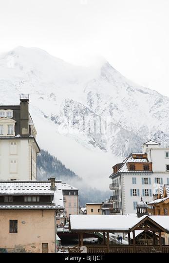 Berg und Gebäude in chamonix Stockbild