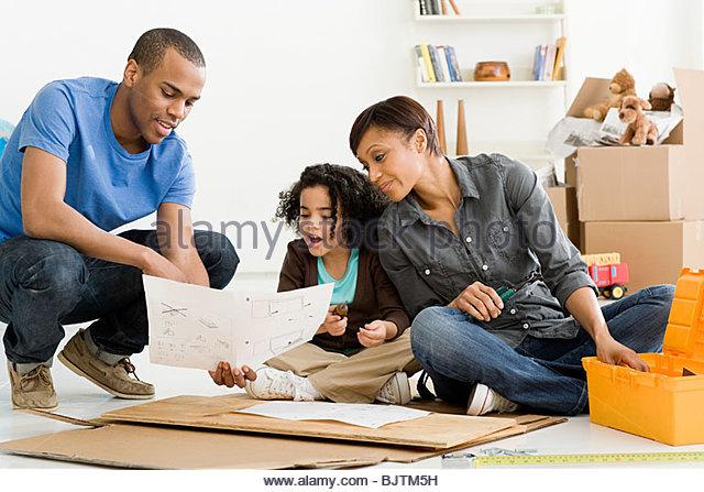Mädchen und Eltern Möbelbau Stockbild