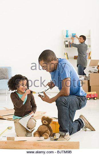 Mädchen und Vater Montage Möbel Stockbild