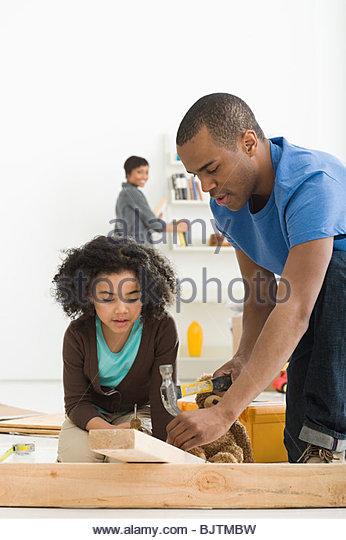 Mädchen und Vater Möbelbau Stockbild