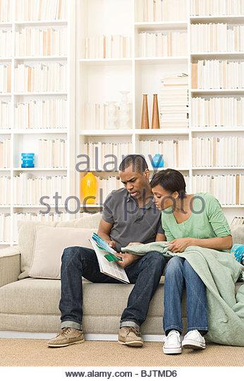 Paar auf der Suche auf Farbfeld Stockbild