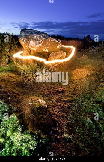 Ring Of Fire um Druiden Altar mit Blick auf die Whitepark Bay an der Küste von Antrim, Nordirland. Stockbild