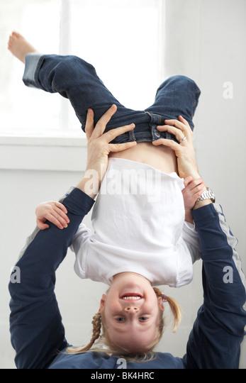 Mädchen spielen mit ihrem Vater Stockbild