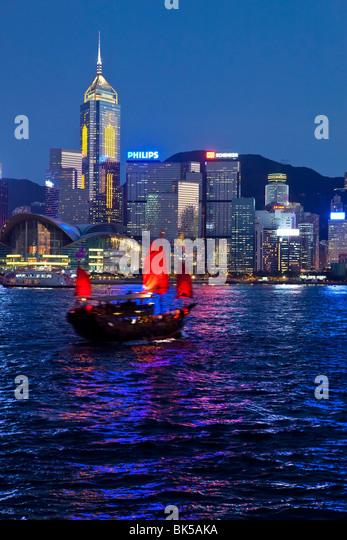Blick von Kowloon eines der letzten verbleibenden chinesischen Segeln Dschunken auf Victoria Harbour, Hongkong, Stockbild