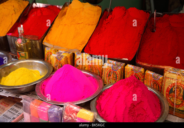 Bunte Kräuterpuder auf dem Markt in Mysore, Indien, Asien Stockbild