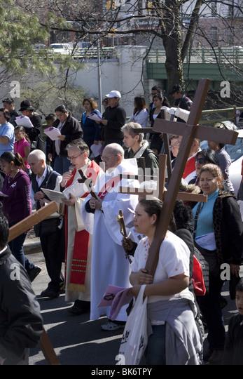 """Katholiken verschiedener ethnischer Gruppen beteiligen sich am Karfreitag eine Prozession von """"der Kreuzweg"""" Stockbild"""
