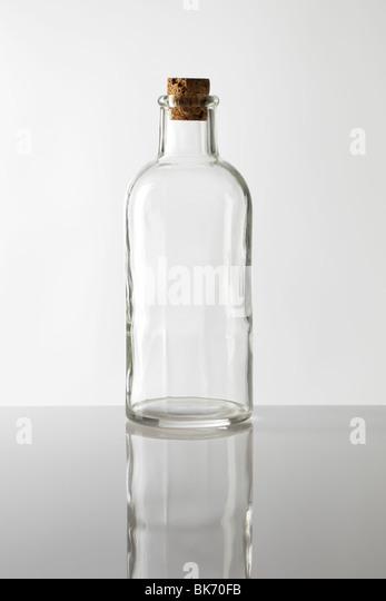 Eine alte altmodischen Glasflasche mit Korken Stockbild