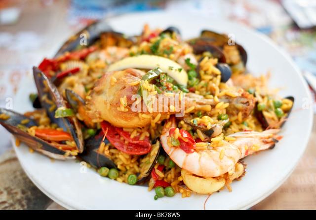 Schöne und leckere Paella in einem weißen Teller. Selektiven Fokus. Stockbild