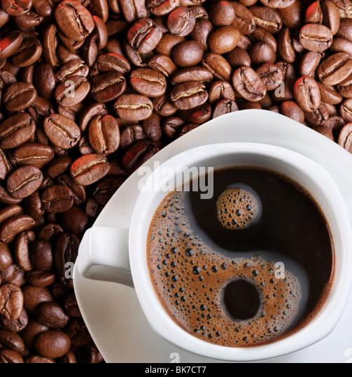 Schaum in eine Tasse Kaffee als Symbol des Yin yang Stockbild