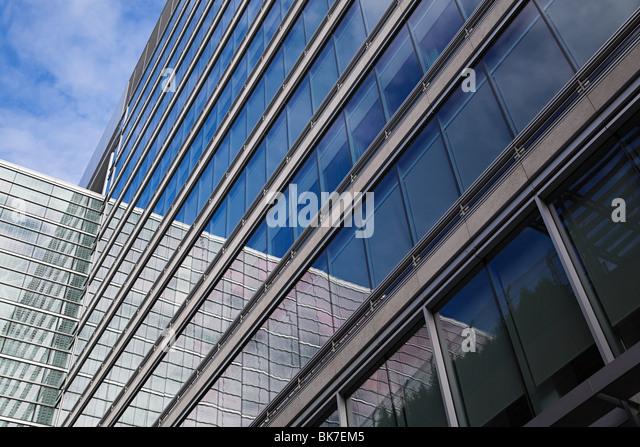 Fenster des Bürogebäudes Stockbild