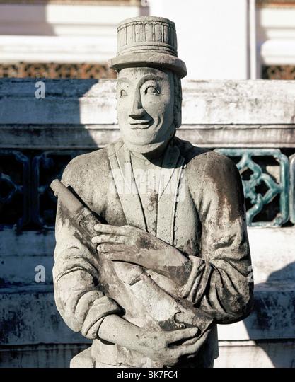 Steinstatue der chinesischen Herstellung zeigt einen europäischen Soldaten, Wat Suthat, Bangkok, Thailand, Stockbild