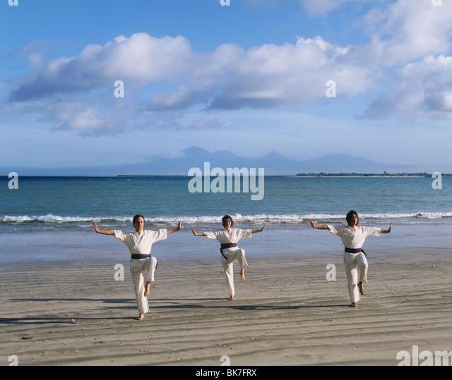 Menschen, die Durchführung von White Crane Silat, eine uralte Kampfkunst, die jetzt zur Übung, am Strand Stockbild