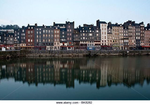 Hohen Häusern am frühen Morgen des Vieux Bassin, Honfleur, Normandie, Frankreich Stockbild