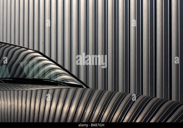 Reflexion der Fassade einer Ausstellungshalle in der Farbe eines Autos Stockbild