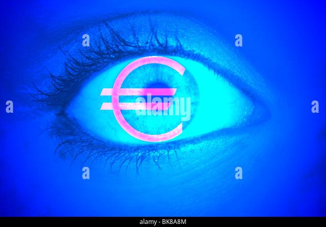 Nahaufnahme eines Auges mit dem EURO-Symbol, symbolisches Bild für Gier Stockbild