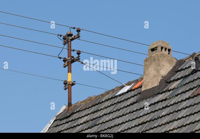Alten inländische Freileitungen mit keramischen Isolatoren auf Dach Stockbild