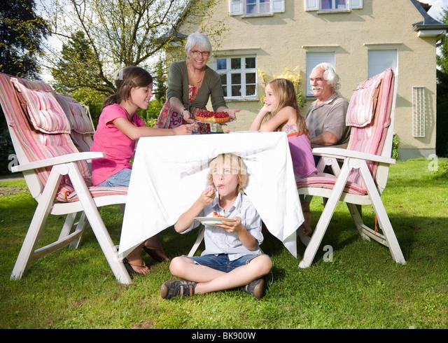 Großmutter dienen Erdbeertorte Stockbild