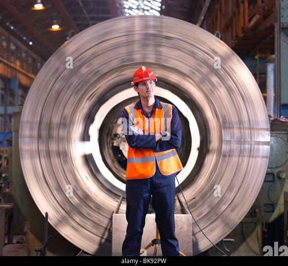 Ingenieur vor der Stahl-Drehmaschine Stockbild