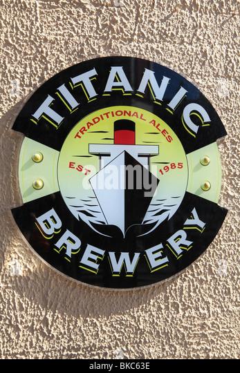 Titanic Brauerei Zeichen und Logos auf der Seite einer Kneipe in Stoke-on-Trent Stockbild