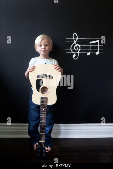 Junge Musiker mit Akustik-Gitarre Stockbild